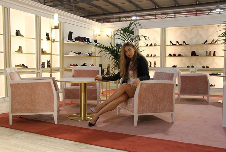 hostess accoglienza fiera micam joucy couture